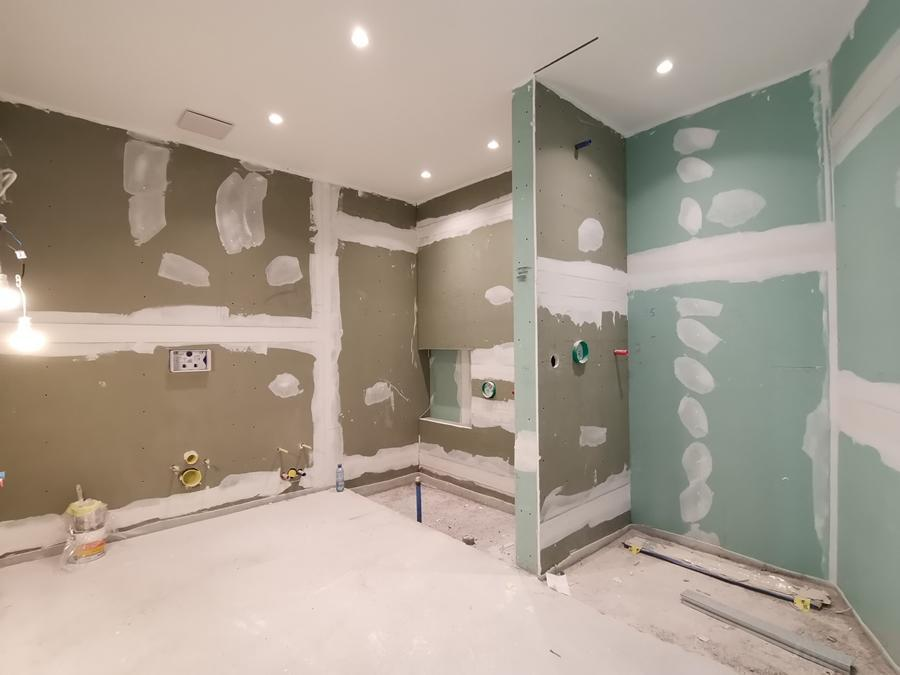 Badezimmer mit Wanne und bodentiefer Dusche
